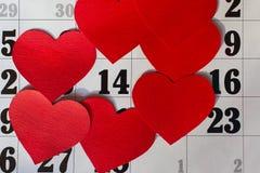 Calendar sidan med de röda hjärtorna på Februari 14 av den Sanka valentindagen Royaltyfri Fotografi
