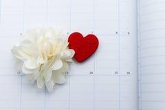Calendar sidan med röd hjärta och blomma anmärkningen på valentindag Royaltyfri Bild