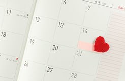Calendar sidan med röd hjärta på 14 Februari - valentindag Arkivbilder