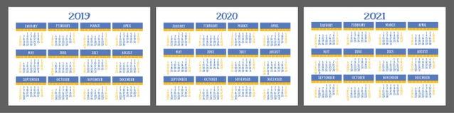 Calendar uppsättningen 2019, 2020, 2021 år Färgrikt fick- kort Veckastarter på söndag Royaltyfria Bilder