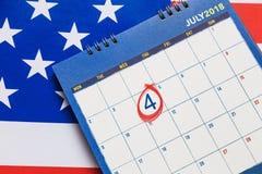 Calendar uppvisning av den Juli månaden med den röda cirkeln på den 4th dagen med Amer Royaltyfri Foto
