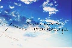 Calendare de las vacaciones de verano con el recubrimiento de las nubes Foto de archivo