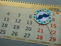 Calendario 1° aprile - giorno del ` s del pesce d'aprile, risata, scherzi, baffi dell'etichetta Fotografia Stock