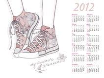 calendario 2012 con los zapatos. zapatillas de deporte florales del modelo Foto de archivo libre de regalías