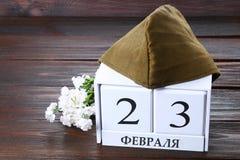 Calendario blanco con el texto ruso: 23 de febrero El día de fiesta es el día del defensor de la patria Fotografía de archivo