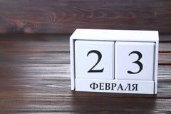 Calendario blanco con el texto ruso: 23 de febrero El día de fiesta es el día del defensor de la patria Imagenes de archivo
