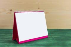 Calendario blanco del espiral del escritorio del papel en blanco Imagen de archivo libre de regalías