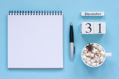 calendario cacao y melcocha, libreta abierta vacía de la taza del 31 de diciembre imágenes de archivo libres de regalías