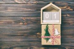 Calendario con data le scatole di regalo e del 1° gennaio sul fondo di colore Annata di Natale, concetto tonificato immagine stock
