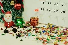 Calendario con el equipo de la decoración del día de la Navidad colocado en woode Fotos de archivo