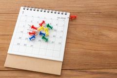 Calendario con el fondo de madera de los pernos Imagenes de archivo