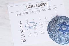 Calendario con el kippah Rosh Hashana, concepto judío del Año Nuevo Imagen de archivo