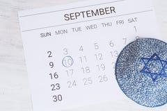 Calendario con el kippah Rosh Hashana, concepto judío del Año Nuevo Imágenes de archivo libres de regalías
