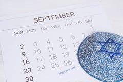 Calendario con el kippah Rosh Hashana, concepto judío del Año Nuevo Imagen de archivo libre de regalías