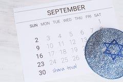 Calendario con el kippah Rosh Hashana, concepto judío del Año Nuevo Fotografía de archivo libre de regalías