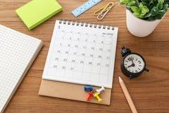 Calendario con el reloj en la tabla Imágenes de archivo libres de regalías