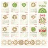 Calendario 2016 con il modello rotondo etnico dell'ornamento nei colori rossi e verdi Fotografia Stock