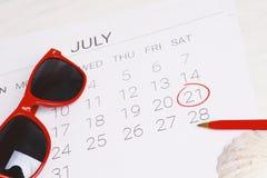 Calendario con la caja de regalo Imágenes de archivo libres de regalías