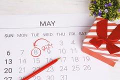 Calendario con la caja de regalo Foto de archivo libre de regalías