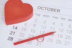 Calendario con la caja de regalo roja Foto de archivo