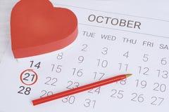 Calendario con la caja de regalo roja Fotos de archivo