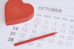Calendario con la caja de regalo roja Imagen de archivo libre de regalías