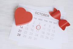 Calendario con la caja de regalo roja Imágenes de archivo libres de regalías