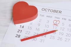 Calendario con la caja de regalo roja Fotos de archivo libres de regalías