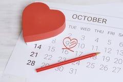 Calendario con la caja de regalo roja Foto de archivo libre de regalías