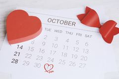 Calendario con la caja de regalo roja Fotografía de archivo