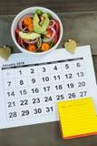 Calendario con la comida de la resolución y de la dieta del Año Nuevo Foto de archivo