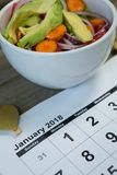 Calendario con la comida de la resolución y de la dieta del Año Nuevo Fotos de archivo libres de regalías