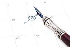 Calendario con la fecha de la tarjeta del día de San Valentín del santo marcada hacia fuera con la pluma de la tinta Fotografía de archivo libre de regalías