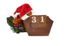Calendario con la fecha del Año Nuevo, sombrero de Papá Noel, decoraciones en blanco Fotos de archivo