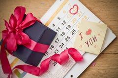 Calendario con la fecha del corazón el 14 de febrero Imagenes de archivo