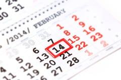 Calendario con la marca roja el 14 de febrero. El día de tarjeta del día de San Valentín Fotografía de archivo libre de regalías