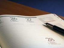 Calendario con la pluma en tapa Fotografía de archivo libre de regalías
