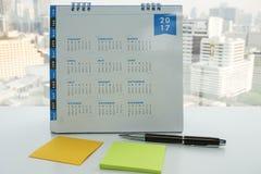 calendario 2017 con mofa encima del post-it para arreglar la reunión Foto de archivo