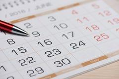 Calendario con una pluma grande fotos de archivo