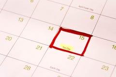 Calendario con una scatola rossa verso 15 aprile Fotografia Stock