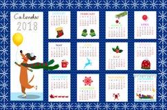 Calendario creativo mensile 2018 con il bassotto tedesco su tessuto blu kni Immagine Stock Libera da Diritti