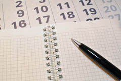Calendario, cuaderno y pluma foto de archivo libre de regalías