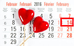 Calendario cuori di rosso di giorno di biglietti di S. Valentino del 14 febbraio Immagini Stock