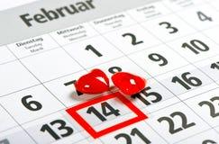 Calendario día de tarjetas del día de San Valentín rojo de los corazones del 14 de febrero Imagenes de archivo