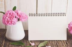Calendario da scrivania in bianco con il fiore rosa del garofano fotografia stock libera da diritti