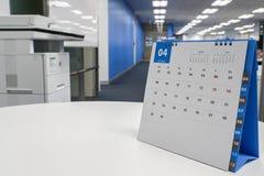Calendario 2018 de abril en el escritorio con el fondo de la oficina Imagen de archivo