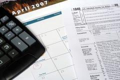 Calendario de abril y declaración de impuestos Foto de archivo libre de regalías