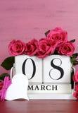 Calendario de bloque de madera blanco del vintage del día para mujer internacional Fotos de archivo libres de regalías