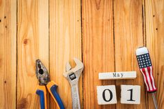 Calendario de bloque de madera para el día de trabajo, el 1 de mayo Foto de archivo