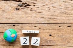 Calendario de bloque para mundo Día de la Tierra el 22 de abril y hecho a mano de madera Imágenes de archivo libres de regalías